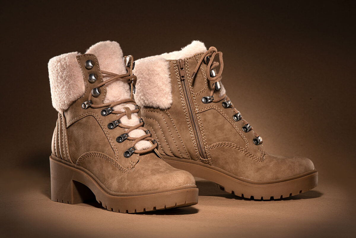 Suede brown winter ankle boots with faux fur fabric